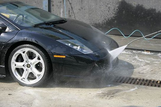 Lamborghini-Werksfahrer Valentino Balboni lädt ein