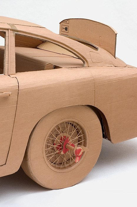 Pappkunst  von Chris Gilmour: Der Altpapier-Aston