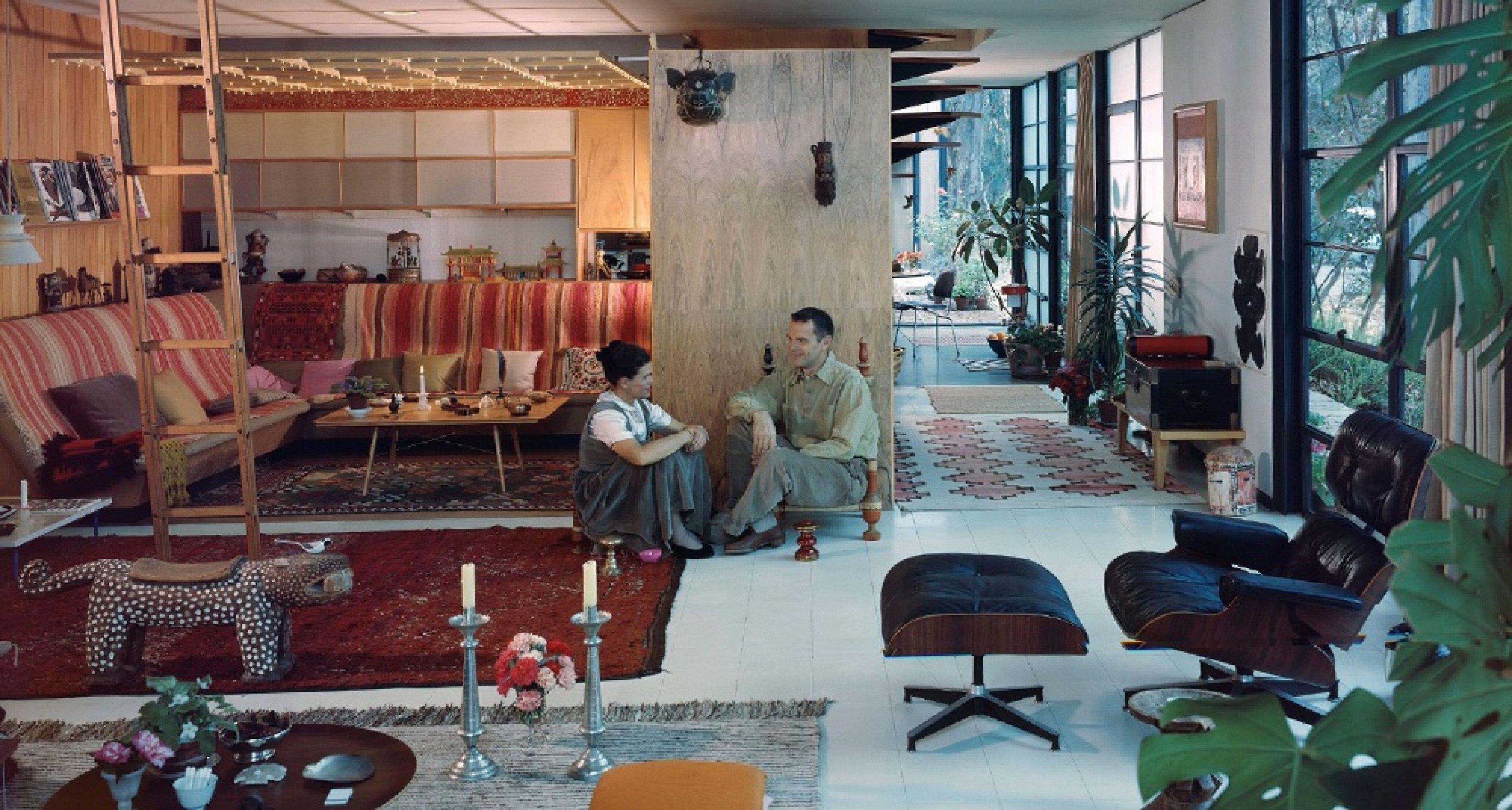 Charles and Ray im Wohnzimmer des Eames House, 1958 © J. Paul Getty Trust, Los Angeles, Foto: Julius Shulman