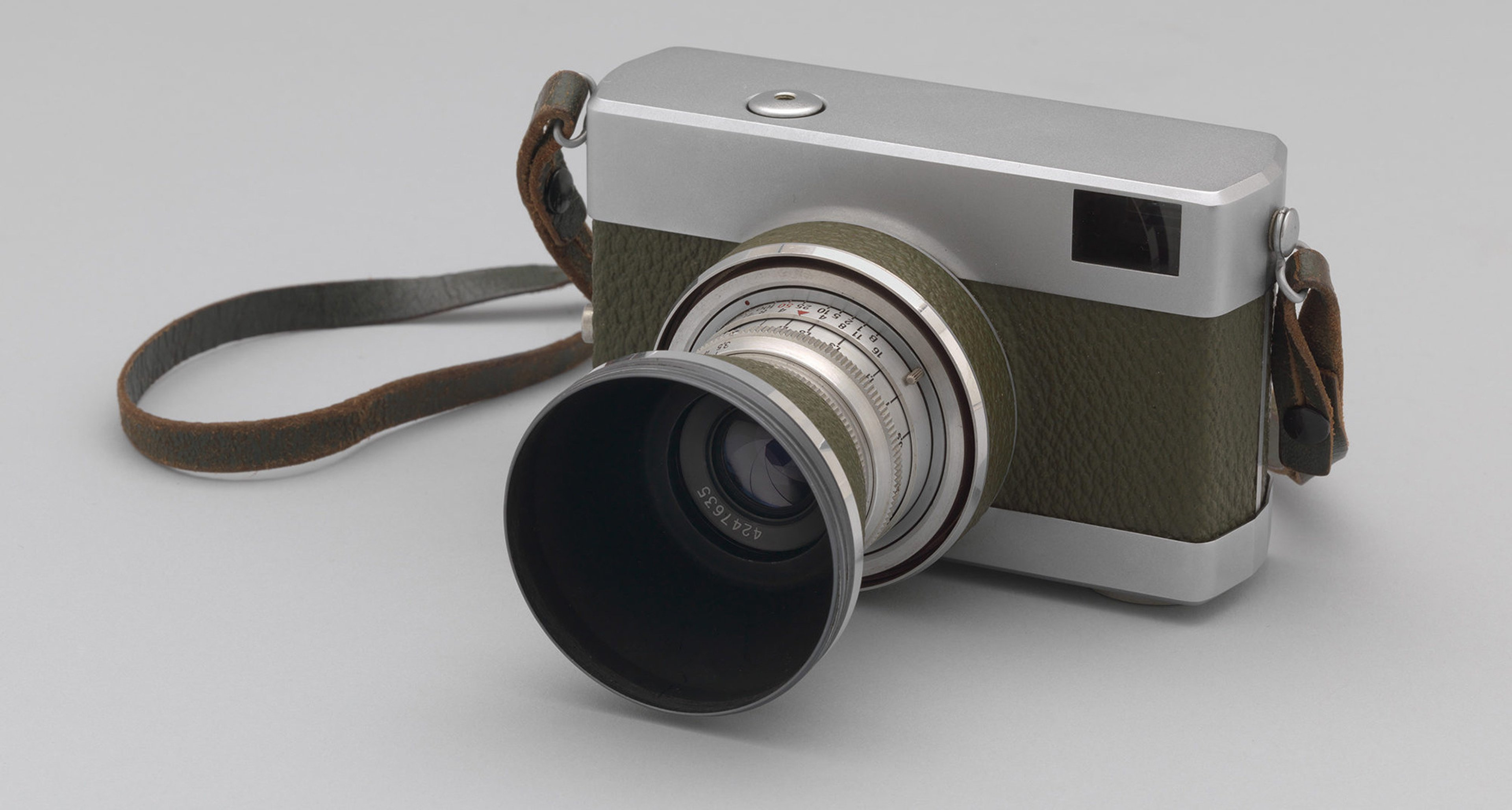 Zeiss-Werk (Jena, East Germany/DDR). Werra 1 35mm film camera. c. 1955–60. Aluminum body with vulcanite surface, 3 × 4 1/2 × 2 1/2″ (7.6 × 11.4 × 6.4 cm). The Museum of Modern Art, New York. Gift of Michael Maharam. Photo by Thomas Griesel © The Museum of