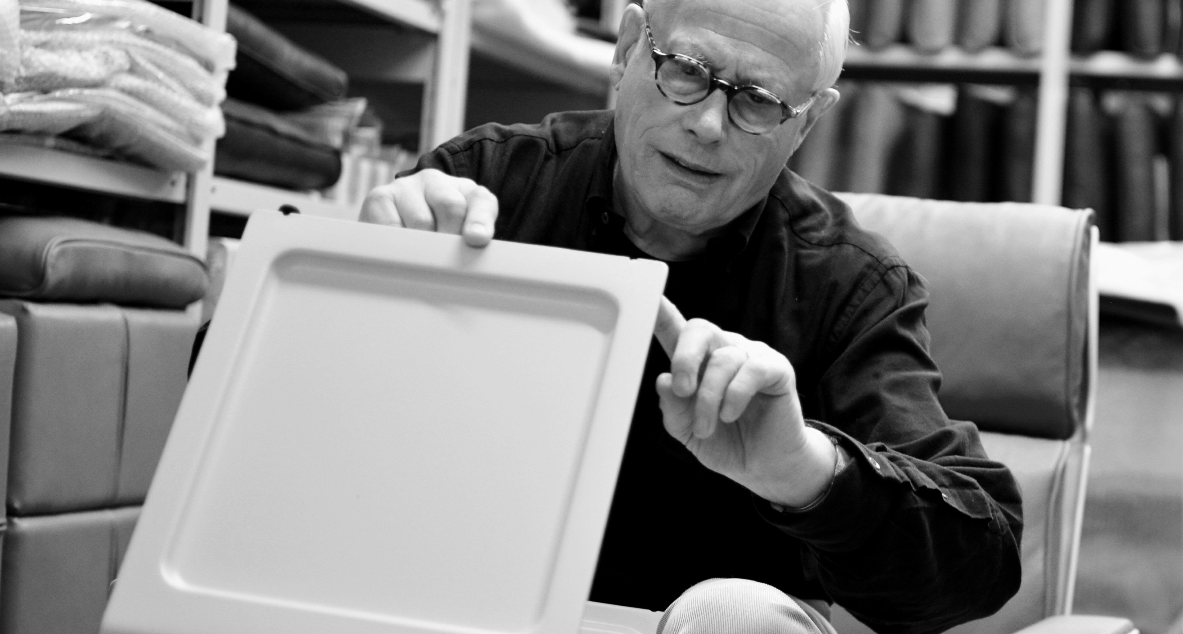 Dieter Rams spricht über den verstellbaren Fuß des Beistelltisches 621. © Vitsoe