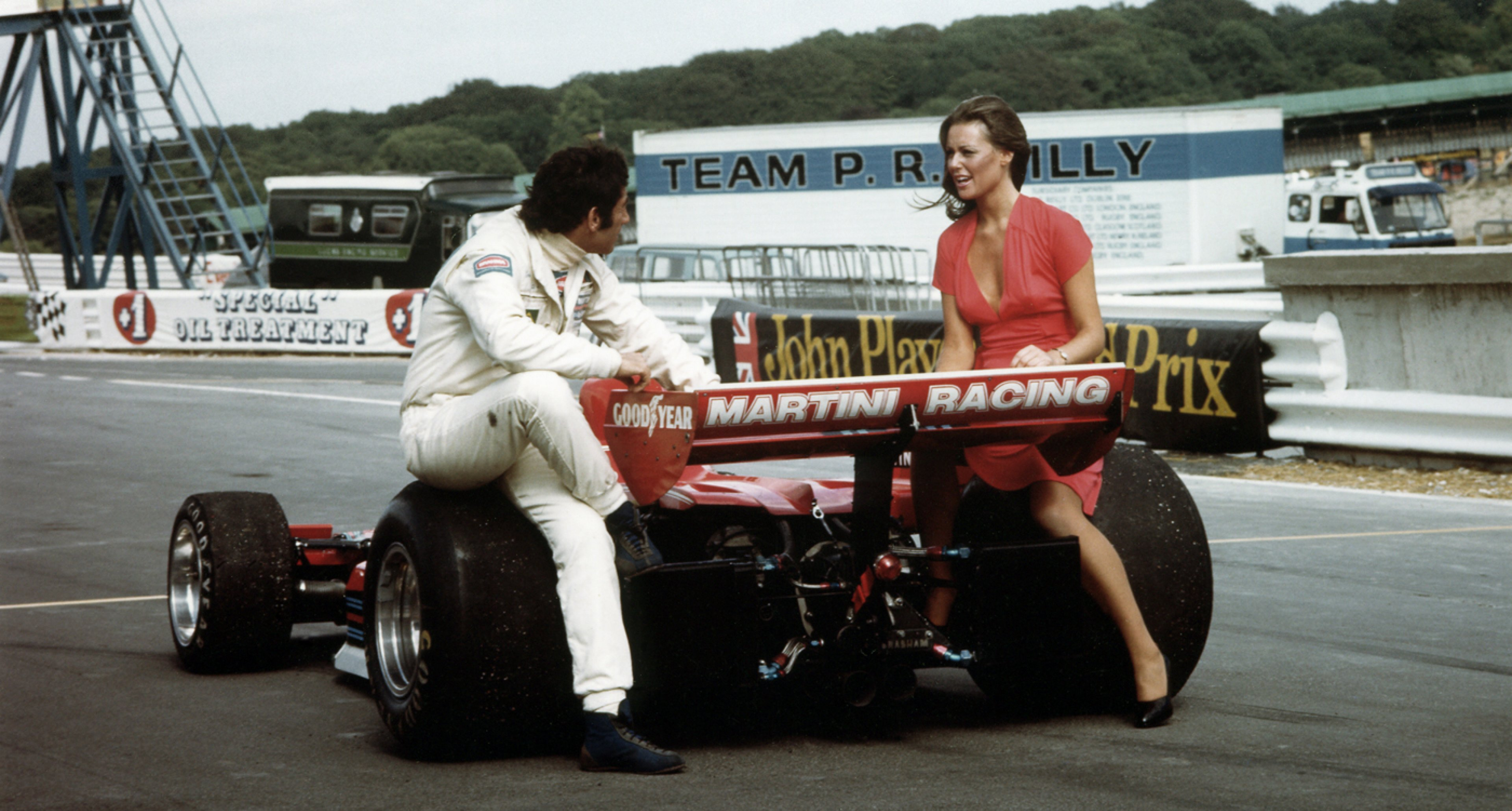 Carlos Pace with a friend and the Brabham-Alfa Romeo BT45 at the British Grand Prix in Brands Hatch, 1976.
