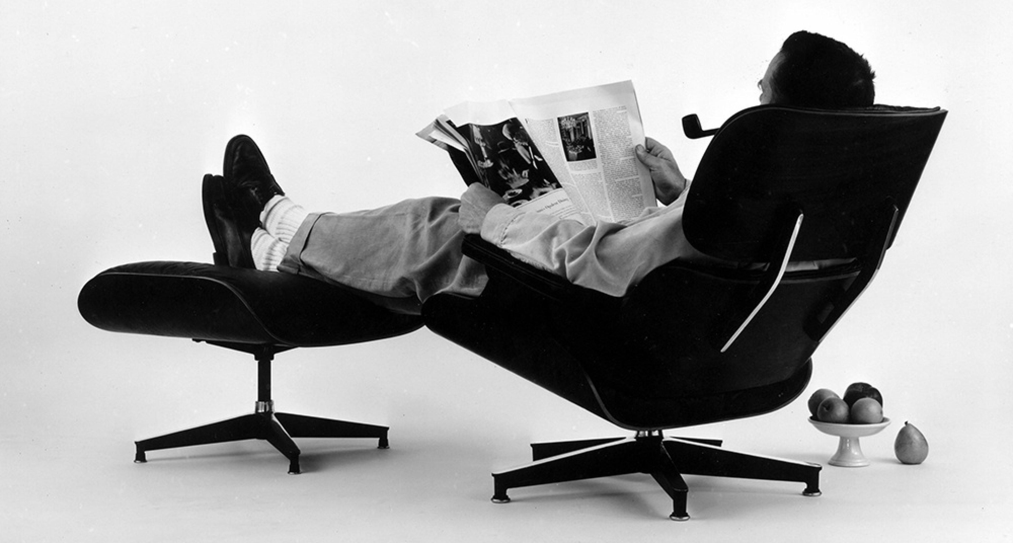 Charles Eames posiert auf Lounge Chair, Foto für eine Werbeanzeige, 1956 © Eames Office LLC