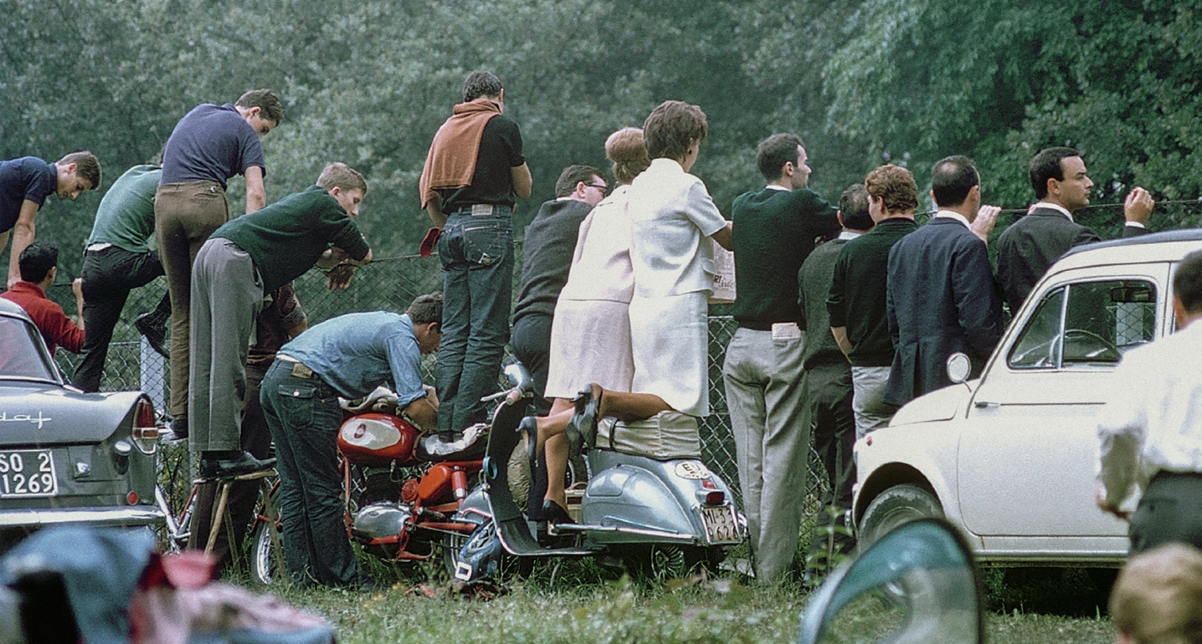 Spectators at the 1964 Gran Premio d'Italia in Monza.