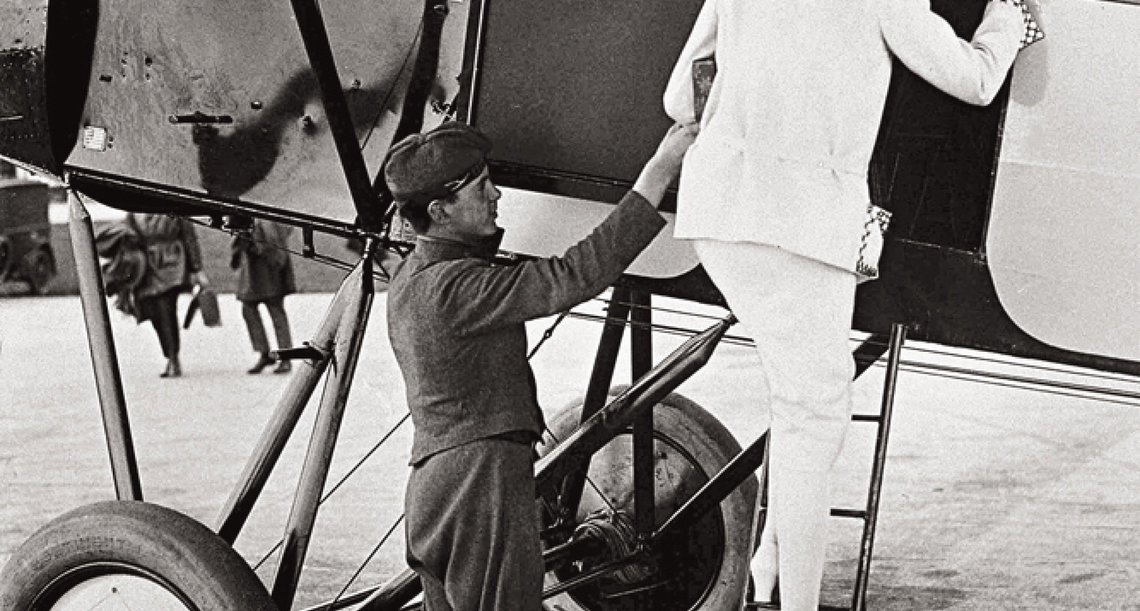 Woman boarding a Luft Hansa propeller-driven plane in 1926. © courtesy Lufthansa Archive