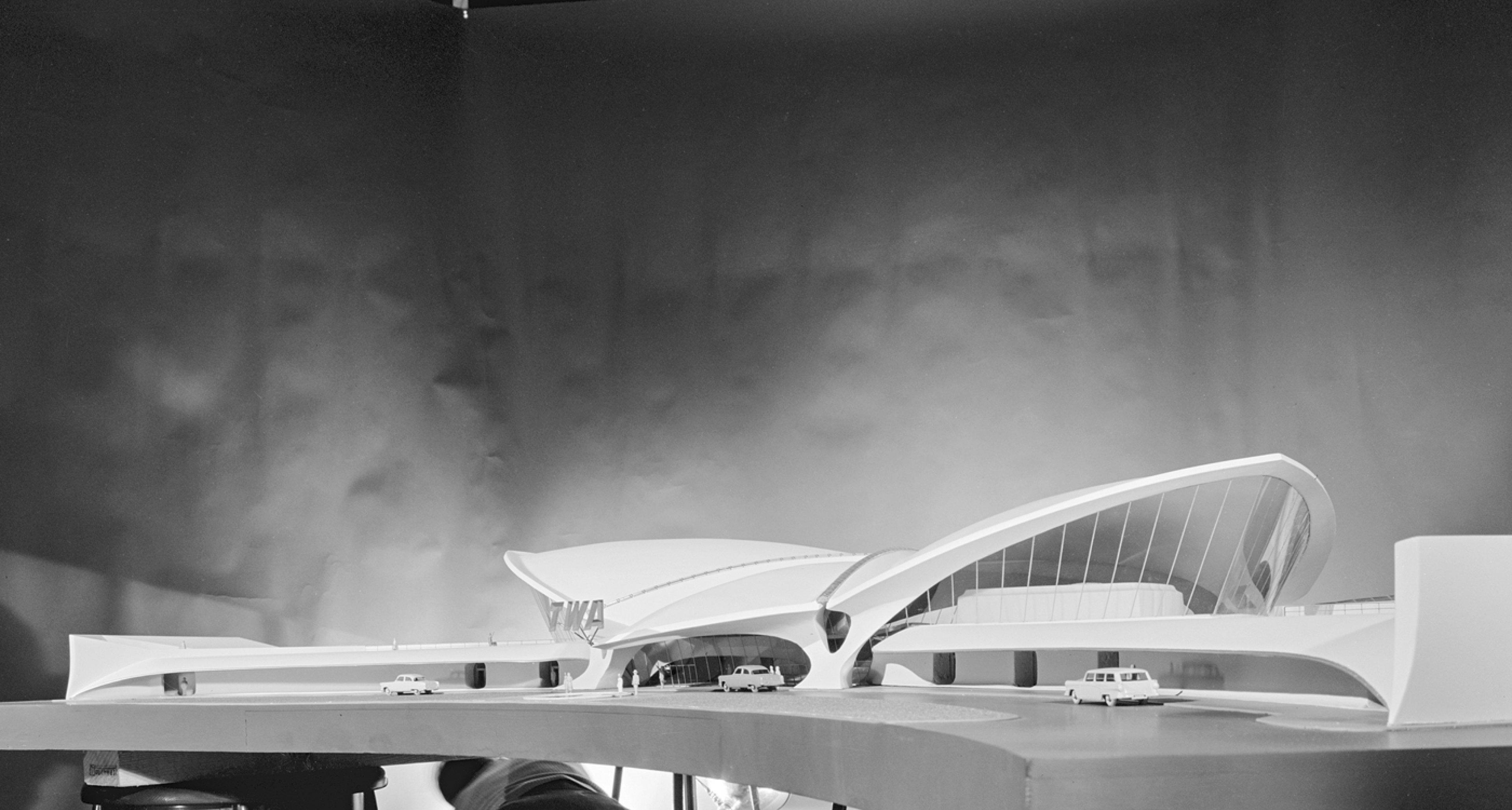 Während Aline Saarinen dem Architekten eine Stimme gibt, perfektioniert dieser die Visualisierung seiner Projekte. © Library of Congress, Prints & Photographs Division, Balthazar Korab Archive at the Library of Congress, LC-DIG-krb-00576