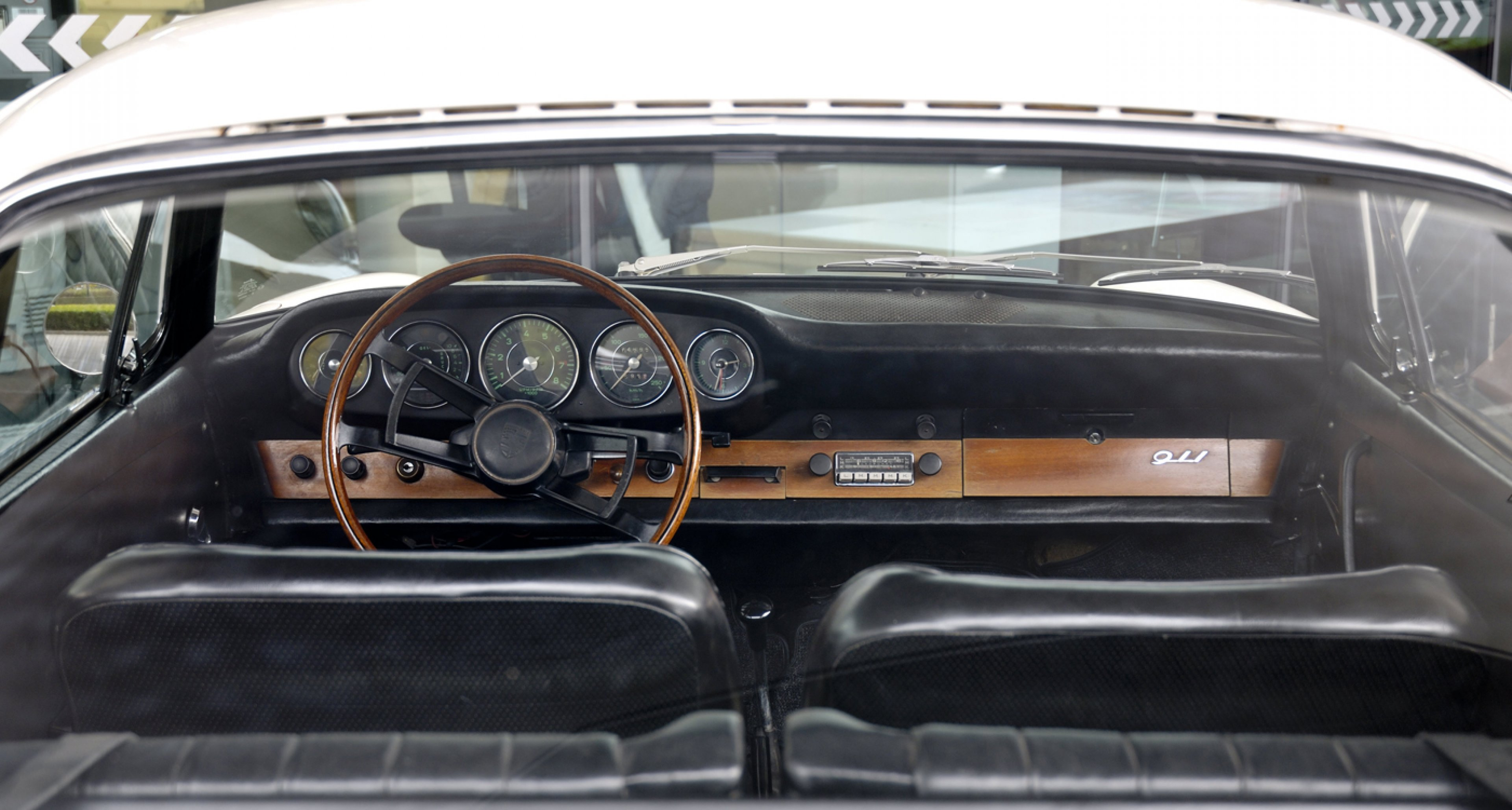 The puristic interior of a 1965 Porsche 911 2,0 Coupé.
