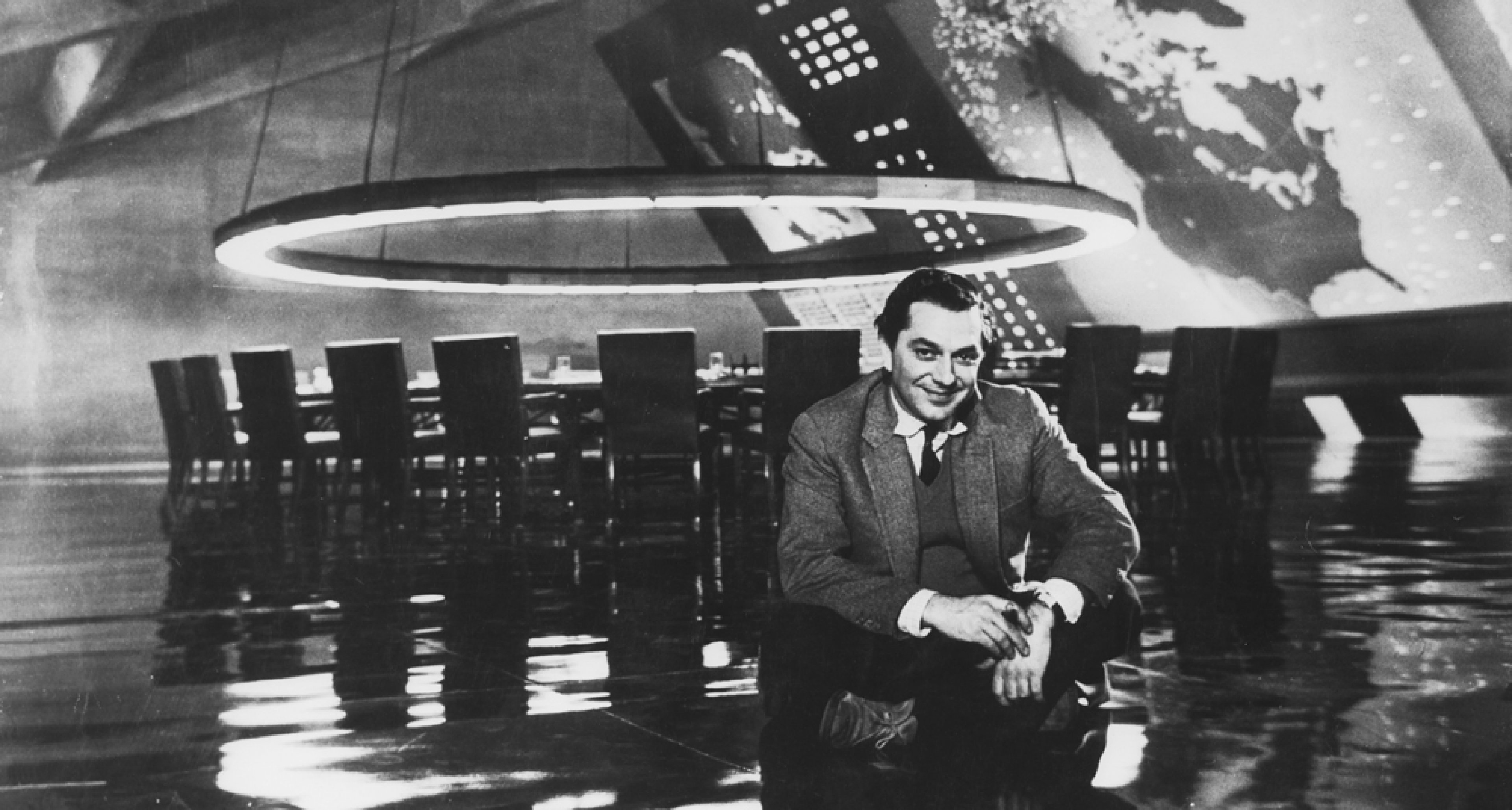 """Ken Adam am Set des """"War Room"""" DR. STRANGELOVE OR: HOW I LEARNED TO STOP WORRYING AND LOVE THE BOMB GB/USA 1964, Regie: Stanley Kubrick With thanks to the SK Film Archives LLC, Warner Bros. and University of the Arts London"""