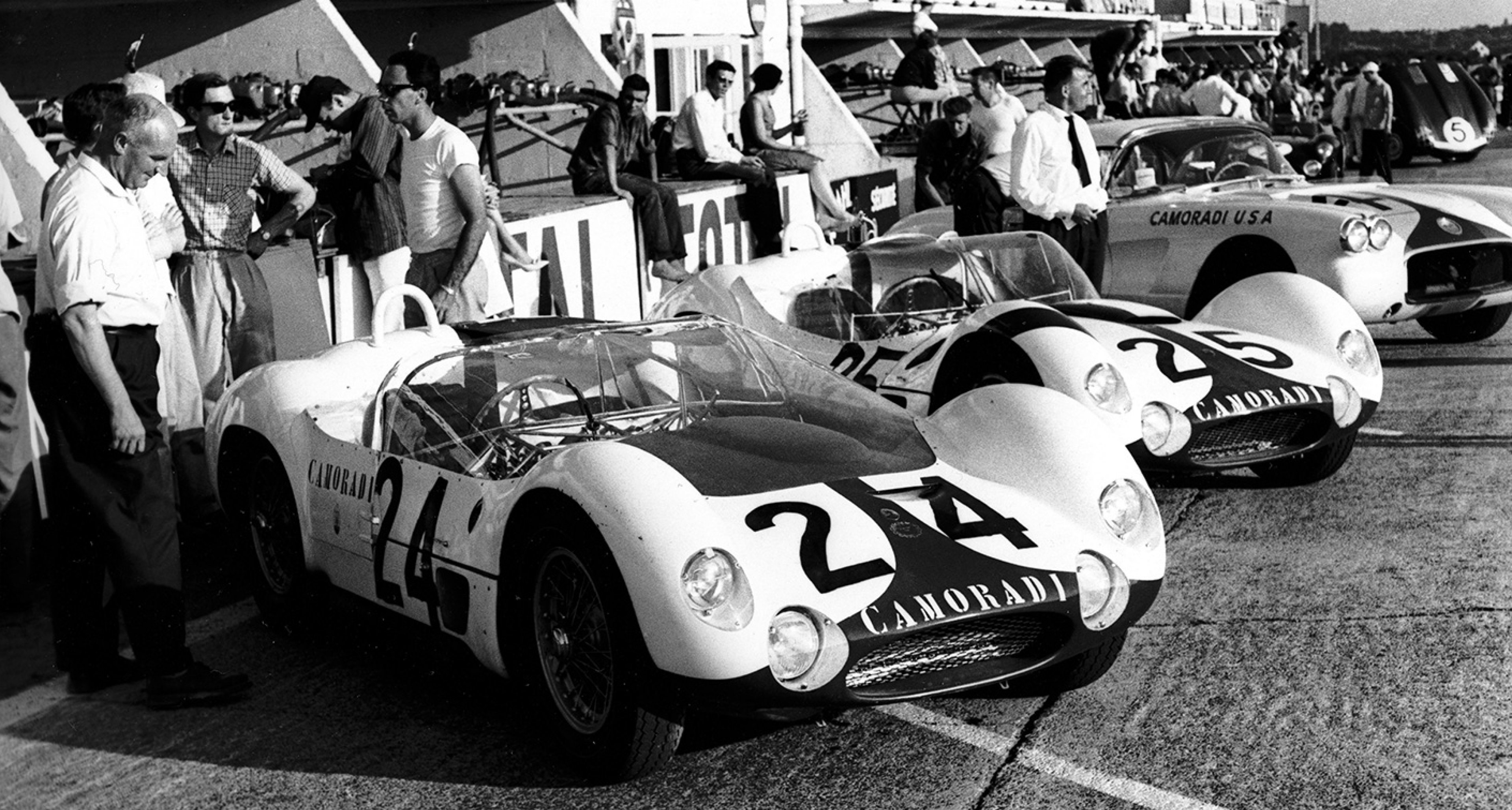 Le Mans, 1960. A pair of Scuderia Camoradi Tipo 61 Birdcages and the team's Corvette