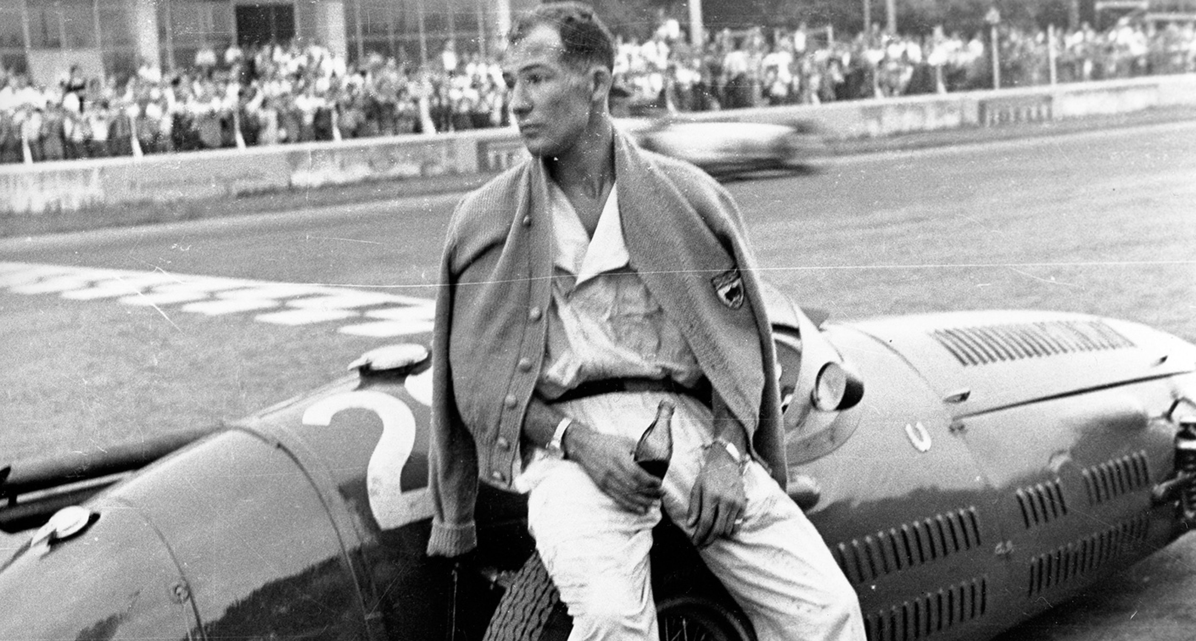 Moss cooling off in the pits after retiring from the Monza GP, 1954