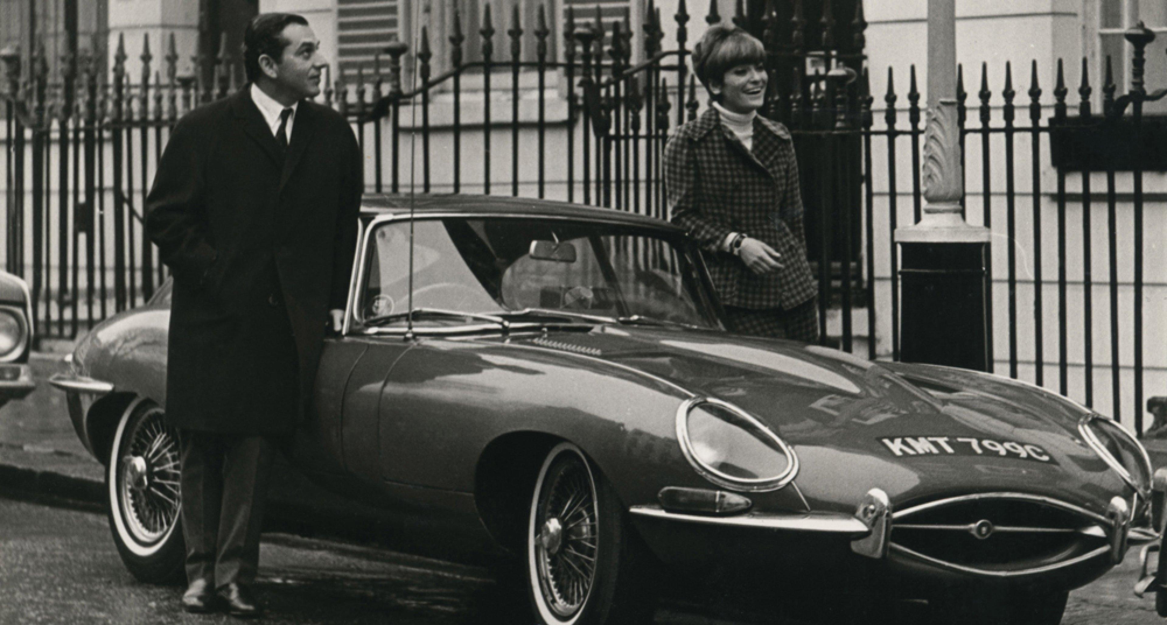 Ken und Letizia Adam mit ihrem Jaguar E-Type, London 1964 Quelle: Deutsche Kinemathek – Ken Adam Archiv