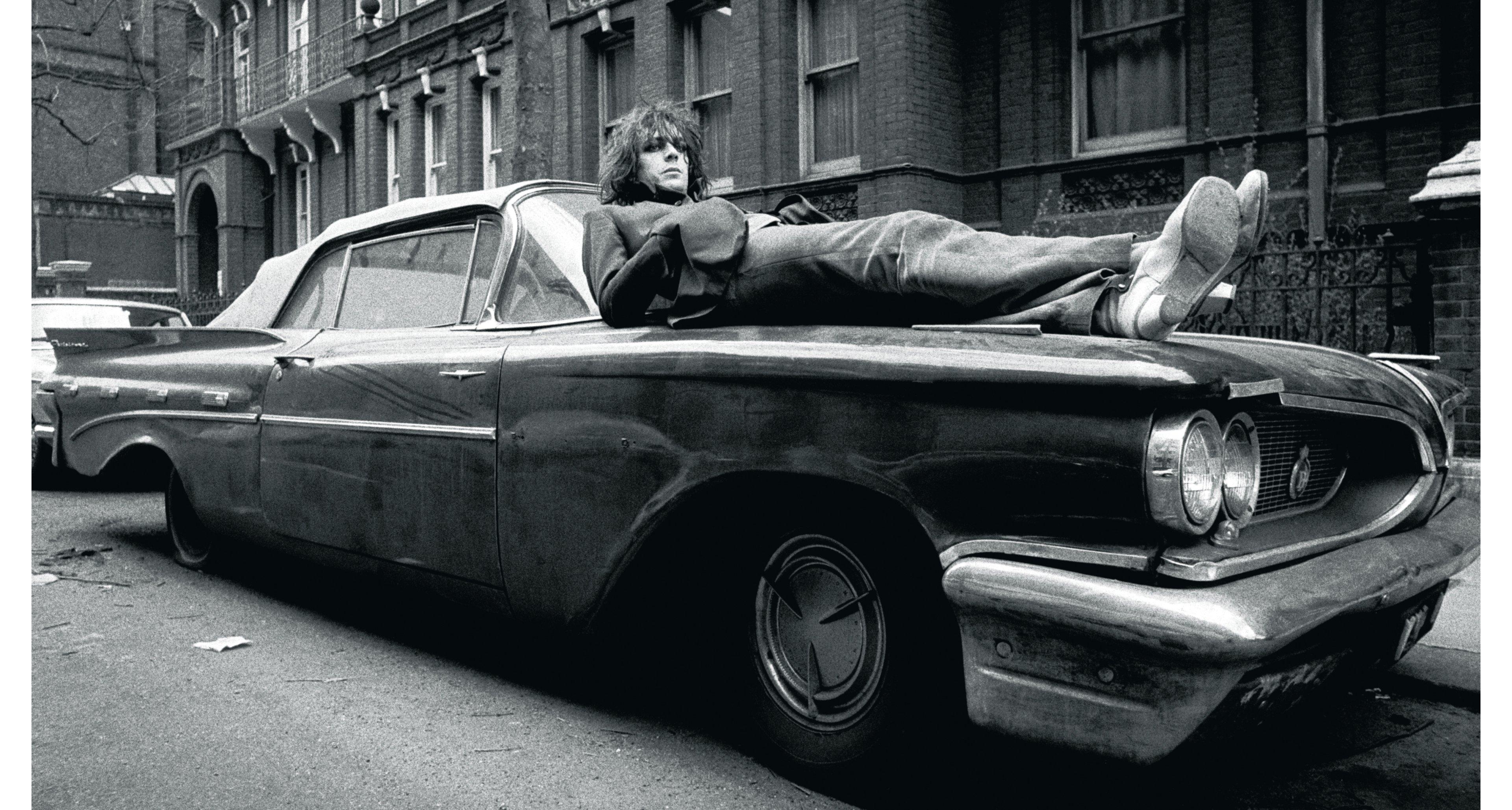 Syd Baret ruht auf einem Bett aus Blech in London