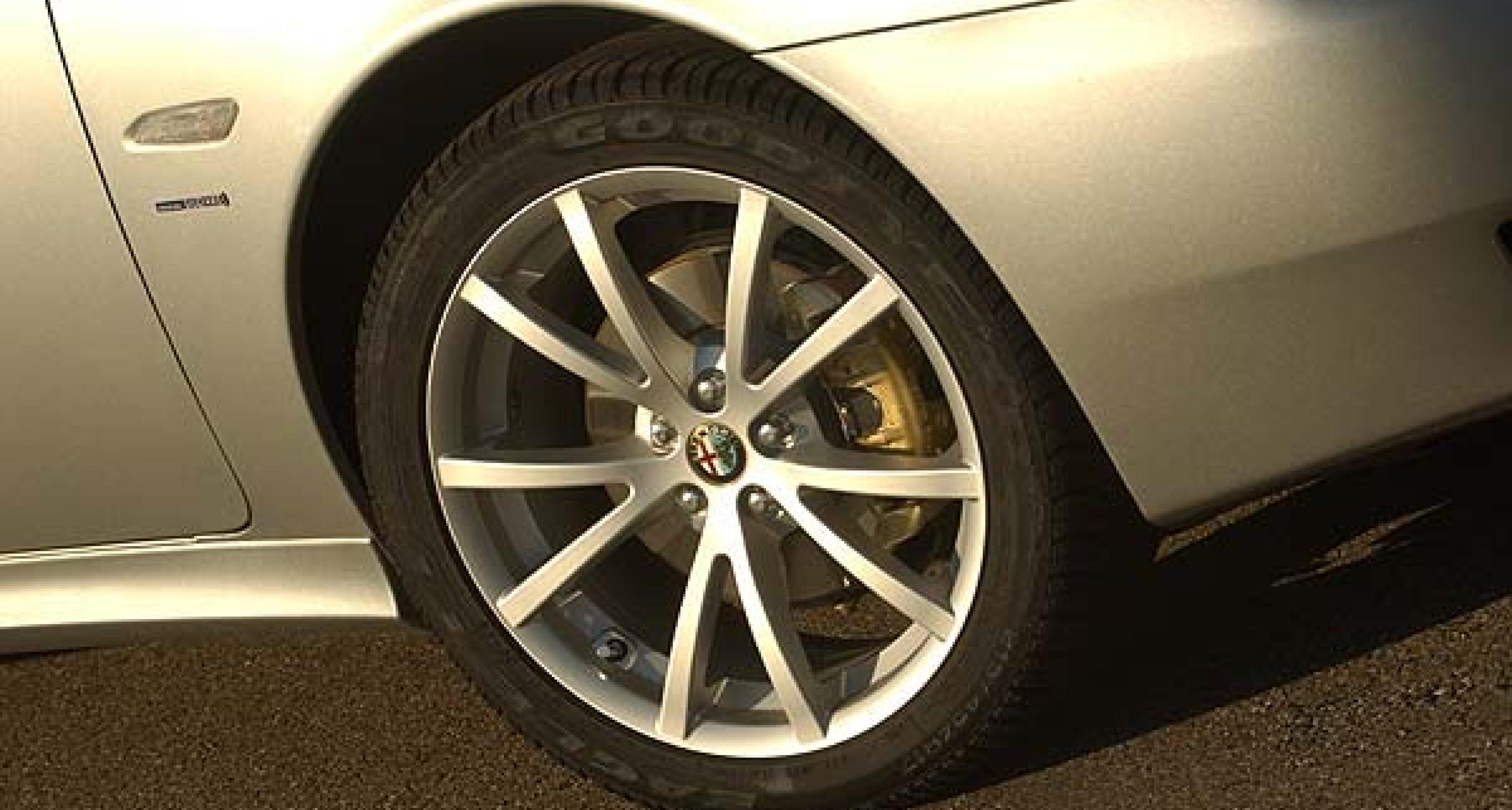 Alfa Romeo startet sportliche TI-Serie und Alfa 166 Luxury