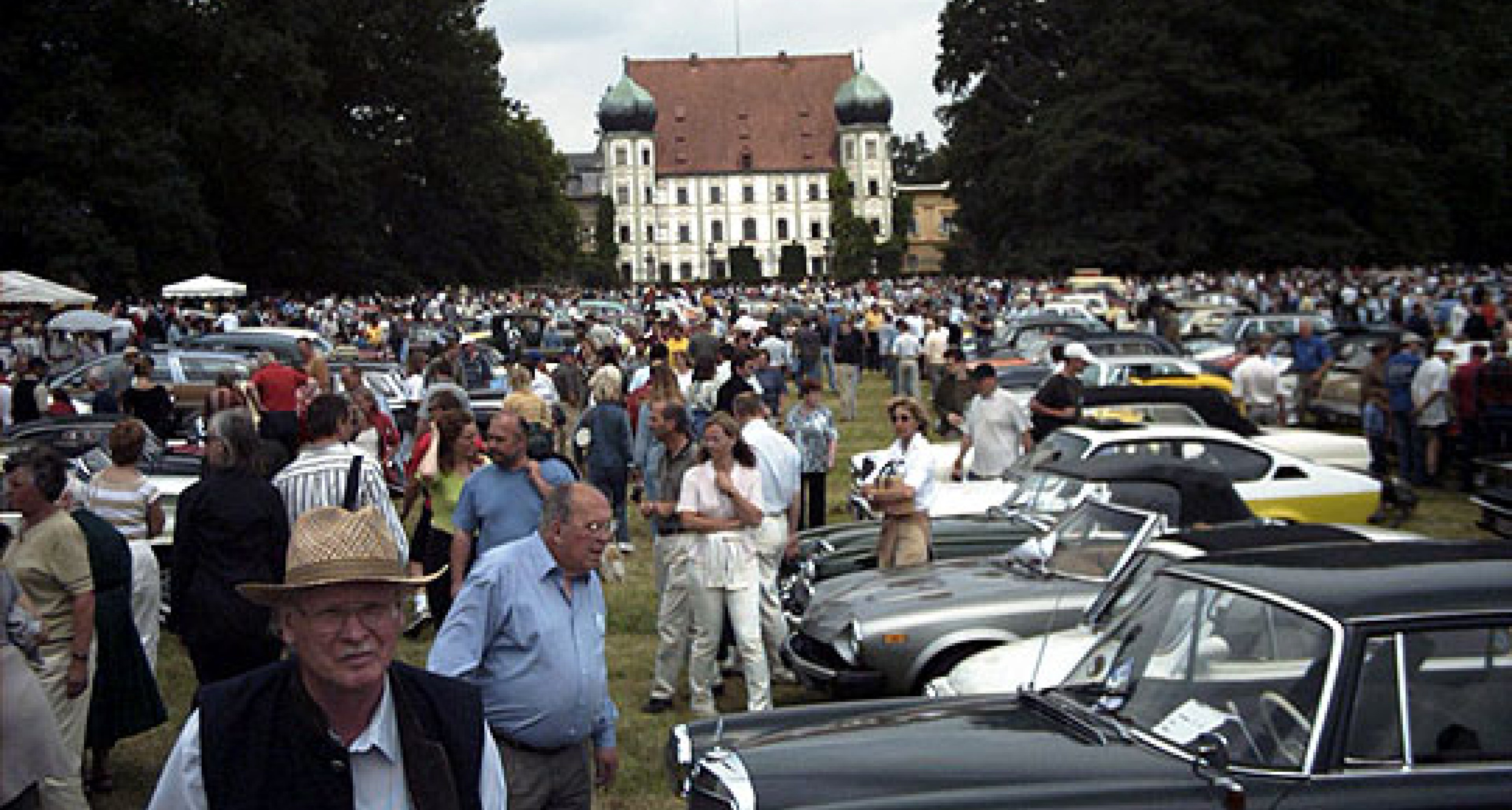 Festzug der Oldtimer durch Oberbayern
